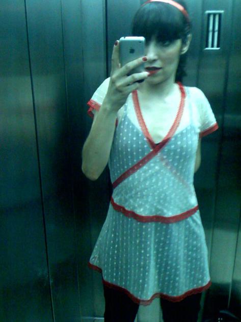 guirls-in-elevator2